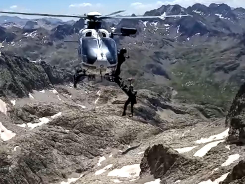 Una imagen de vídeo del operativo de rescate desplegado el lunes en el Balaitus.