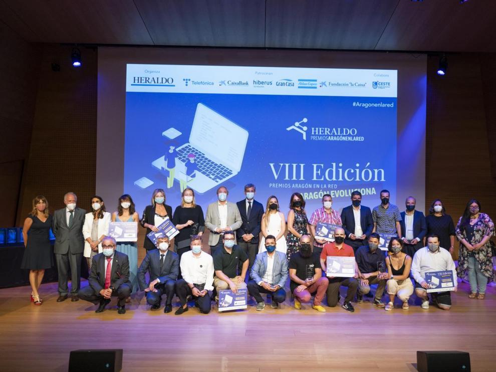 Al concluir la ceremonia de entrega de los premios, los galardonados subieron al escenario con los organizadores y patrocinadores.