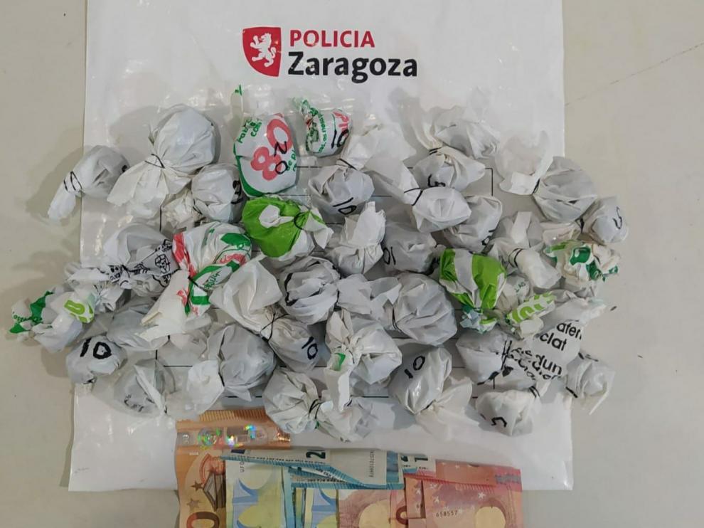 Bolsitas de marihuana destinadas al tráfico de drogas que fueron intervenidas ayer por la policía.