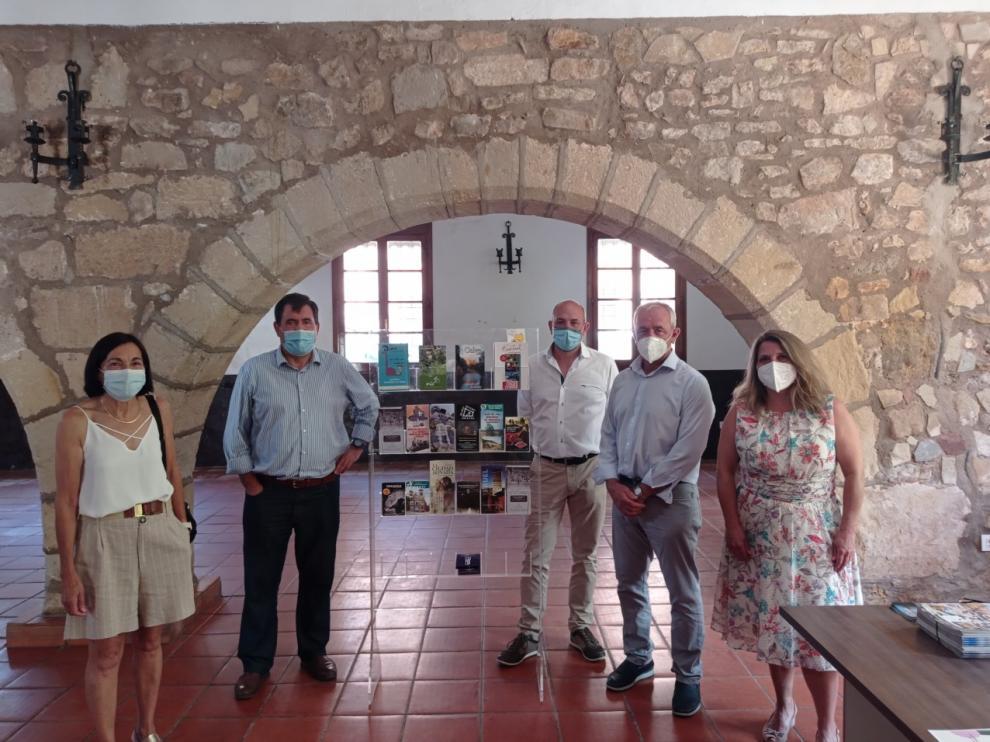 Diversos dirigentes en la oficina de Turismo de Galve.