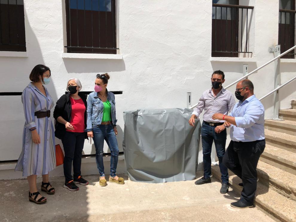 El vicepresidente en su visita a Oliete junto al alcalde Rogelio Villanueva, Peirat, Sancho y representantes municipales.