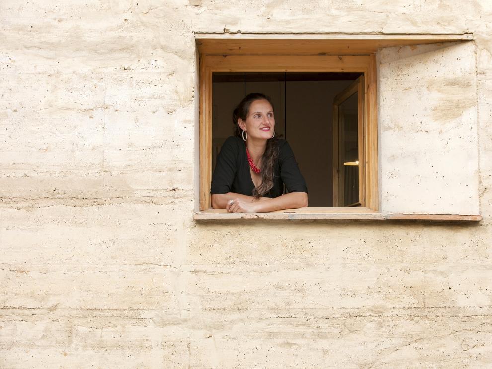 La arquitecta, asomada a una ventana de su casa de Ayerbe.