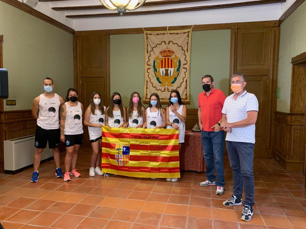 Las jugadores del voley-playa, junto al alcalde de Alcañiz, Ignacio Urquizu y el concejal de Deportes, Kiko Lahoz.