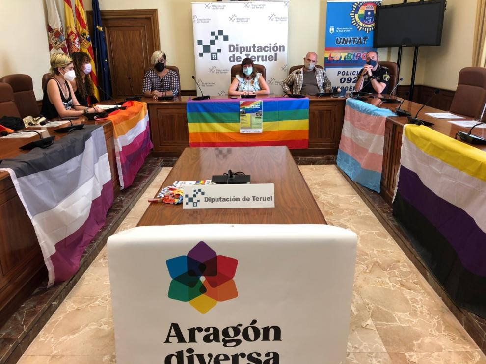 S. Traver, delegada de Educación, Bienestar Social e Igualdad de la DPT, junto a representantes del colectivo LGTBI.