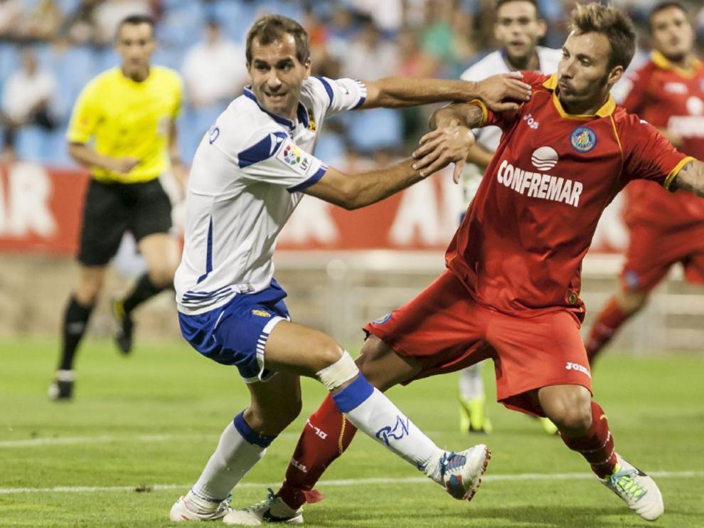 Barkero, en pugna con un defensor del Getafe, en el Trofeo Ciudad de Zaragoza de 2013, hace 8 veranos, cuando los madrileños fueron invitados al evento por última vez.