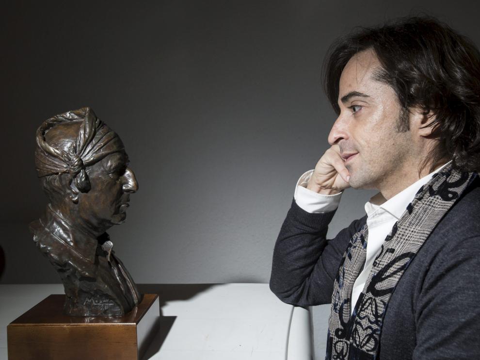 Nacho del Río, maestro de la jota cantada, ante el rostro de su maestro, Jesús Gracia.