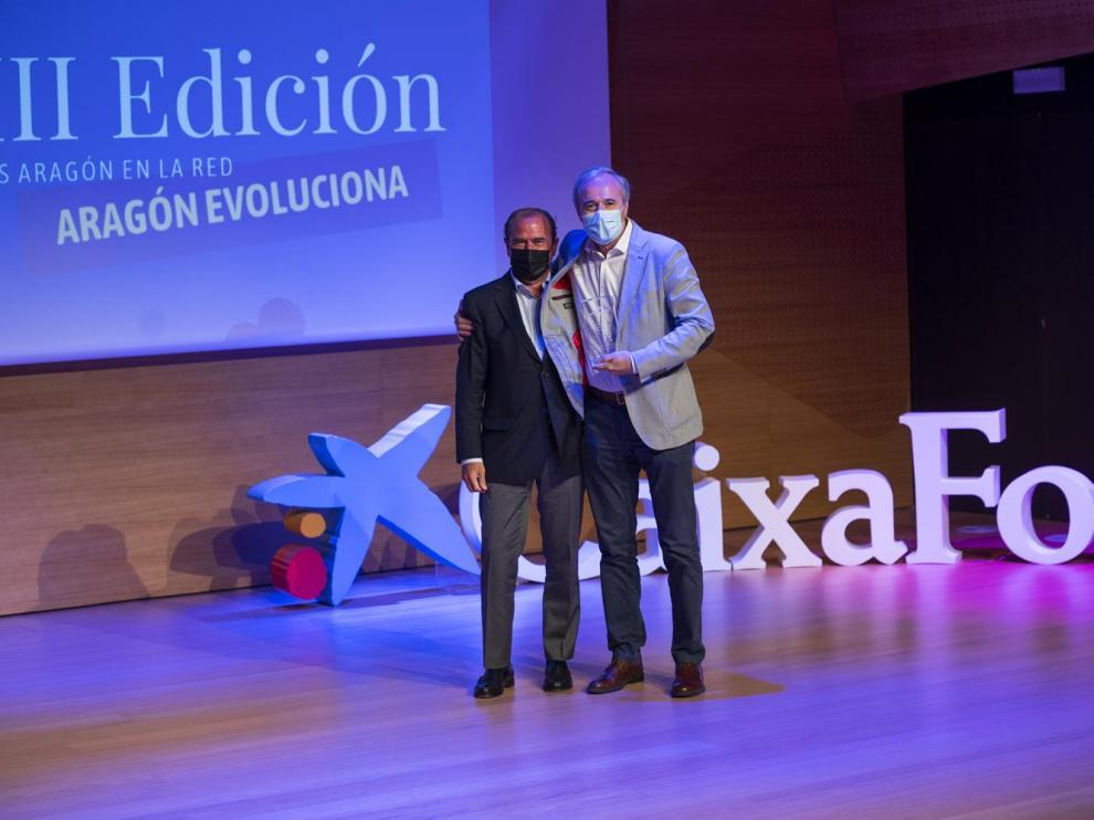 Eliseo Lafuente entregó el premio a Jorge Azcón.