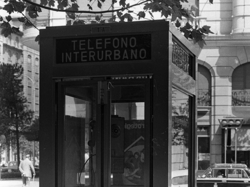 Imagen de una cabina de teléfonos de 1974 en la plaza de Santa Engracia de Zaragoza.