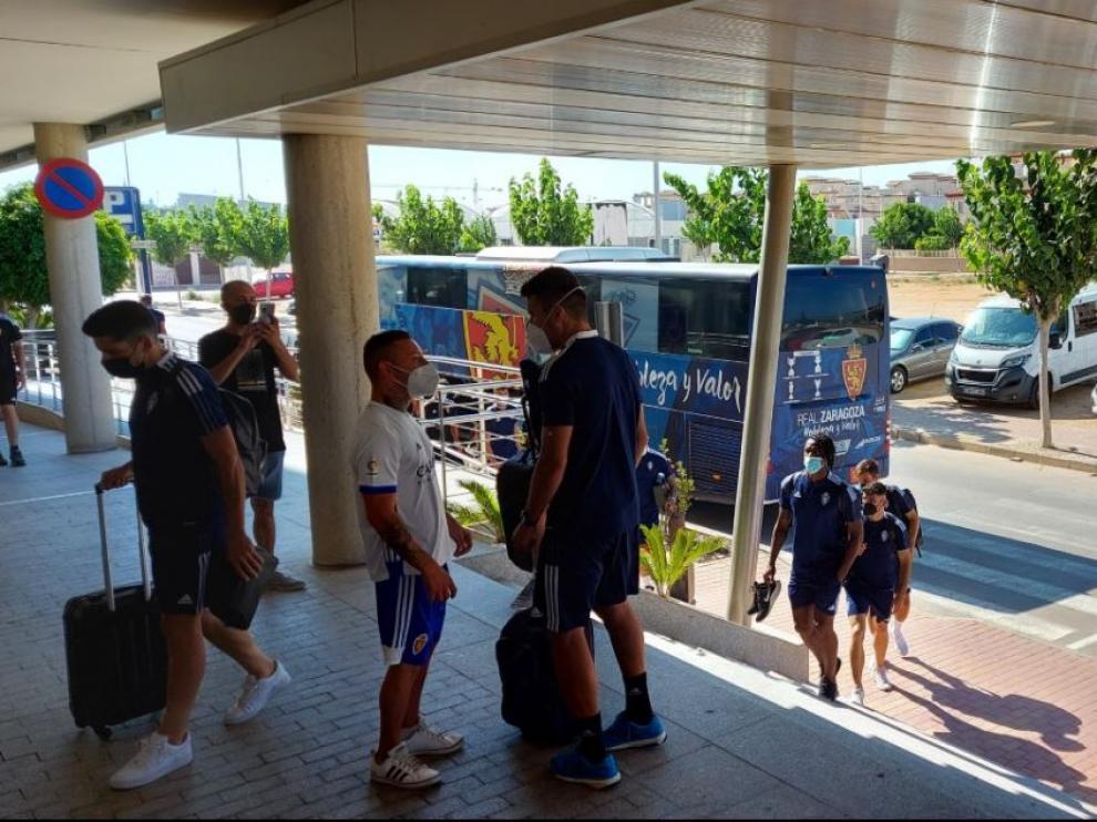 Los jugadores del Real Zaragoza, a las 17.45, a su llegada al Hotel Thalasia Costa de Murcia de San Pedro de Pinatar, este jueves.