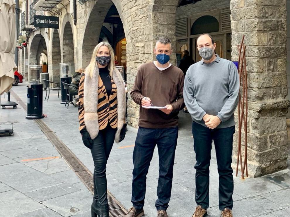 Los tres concejales del PP en al Ayuntamiento de Jaca, Cristina Muñoz, Carlos Serrano y Dani Ventura.