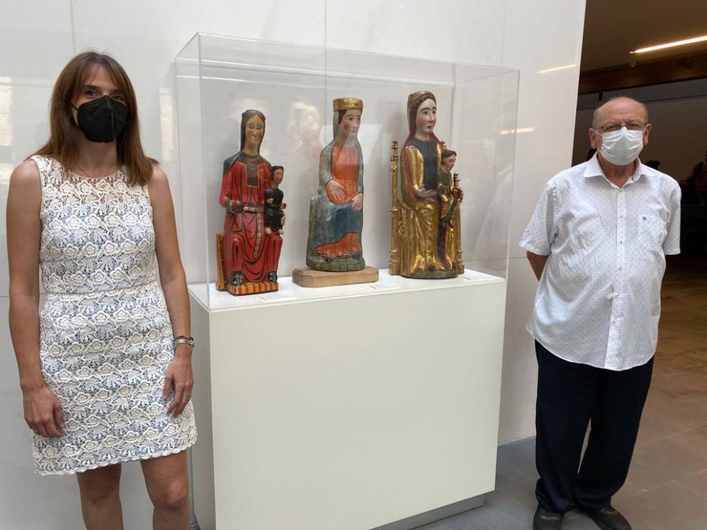 María Puértolas y Ángel Noguero junto a tres vírgenes románicas que ya se pueden ver desde el martes en el Museo Diocesano
