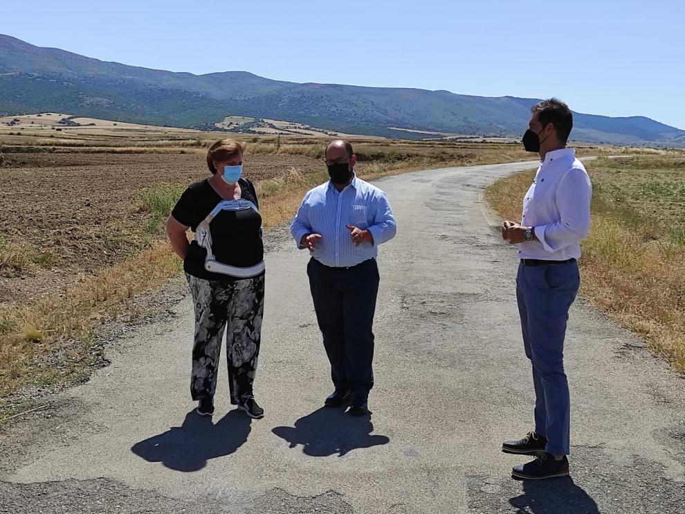 Milagros Agripina, Alberto Izquierdo y Ramón Fuertes en el tramo de la carretera que está pendiente de mejora.