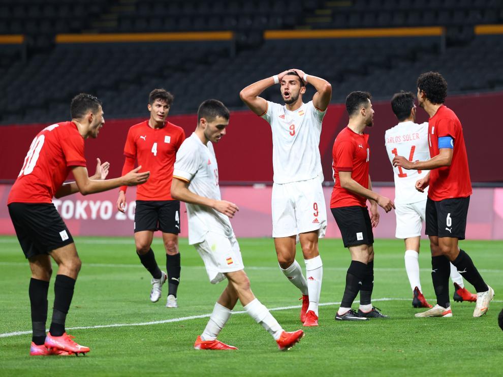 Soccer Football - Men - Group C - Egypt v Spain