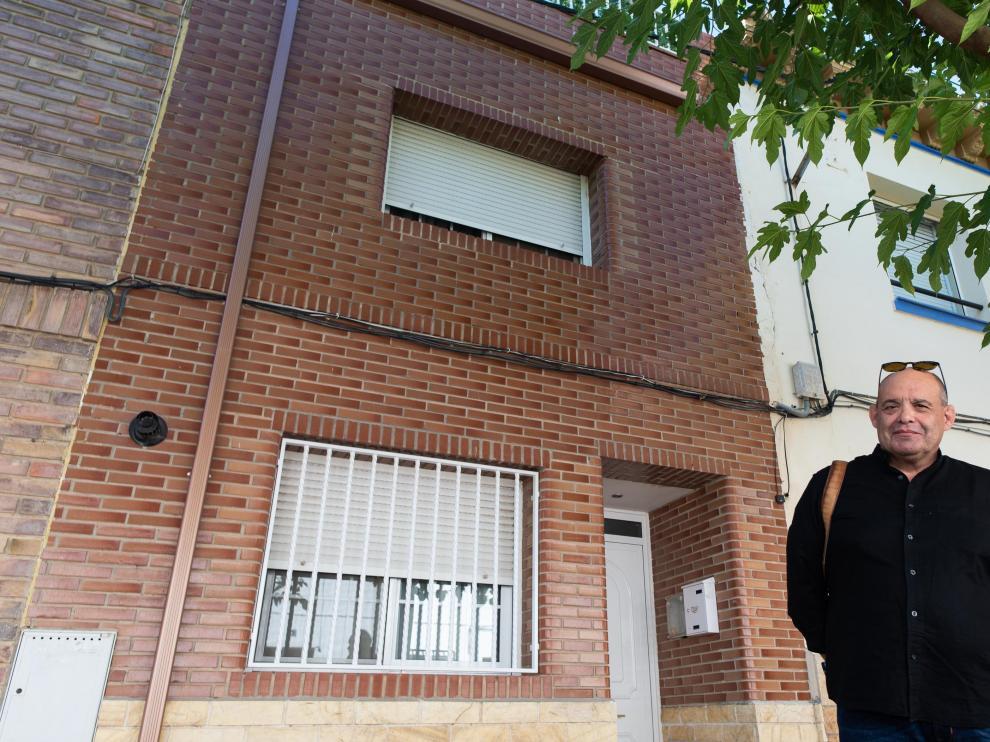 El historiador de Villanueva de Gállego Carlos Urzainqui, ante el edificio construido donde estaba la verdadera casa natal de Pradilla.