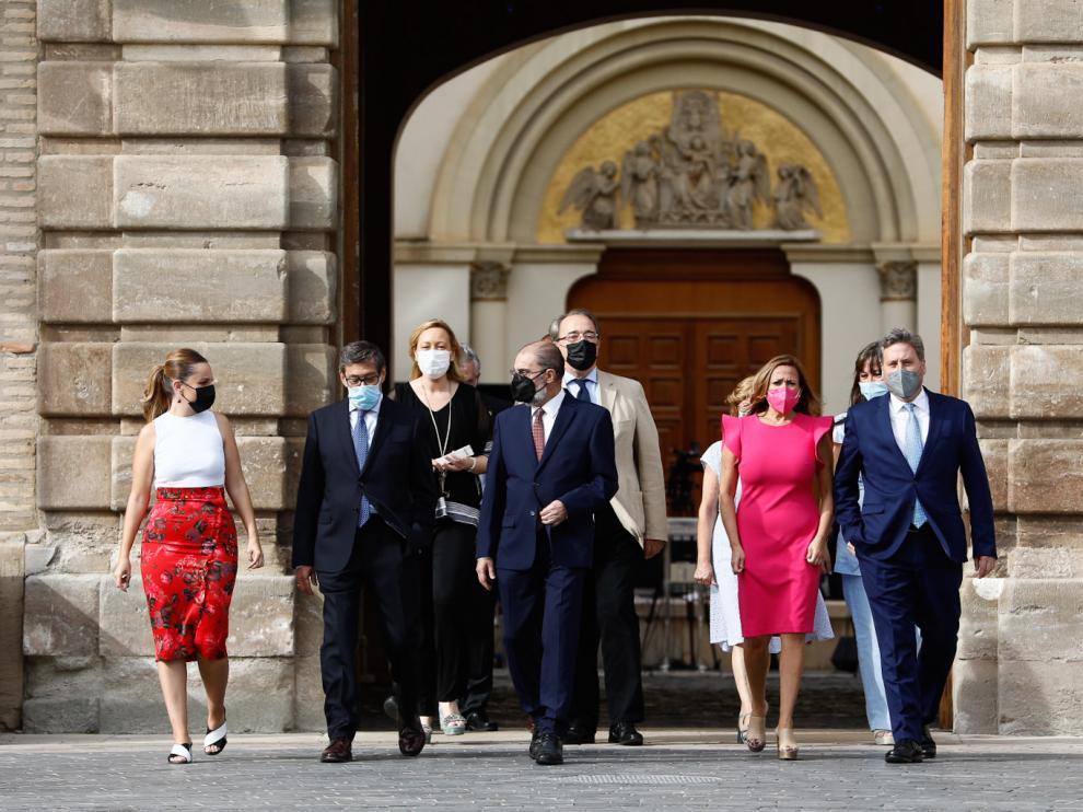 El presidente, Javier Lambán, rodeado de sus consejeros, antes de comparecer en el Pignatelli este viernes para hacer balance de los dos años de mandato.