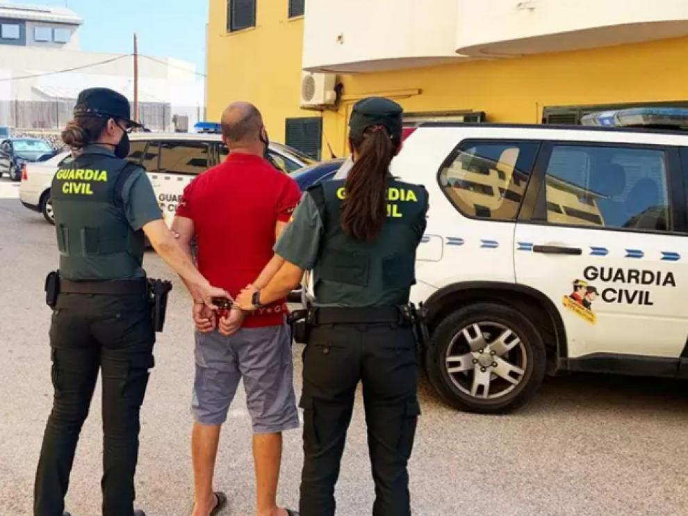 Dos agentes de la Guardia Civil junto al detenido en un supermercado de Menorca.