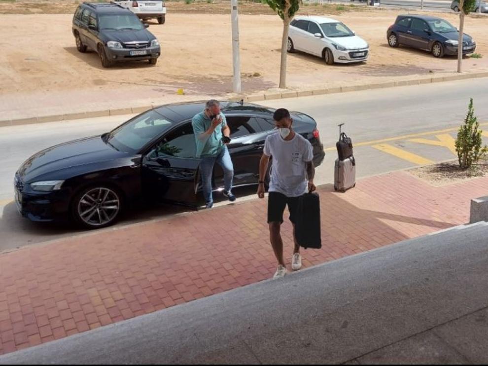 Ratón, en primer plano, y Miguel Torrecilla, saliendo del coche, a su llegada a San Pedro del Pinatar a las 12.45 de este sábado.