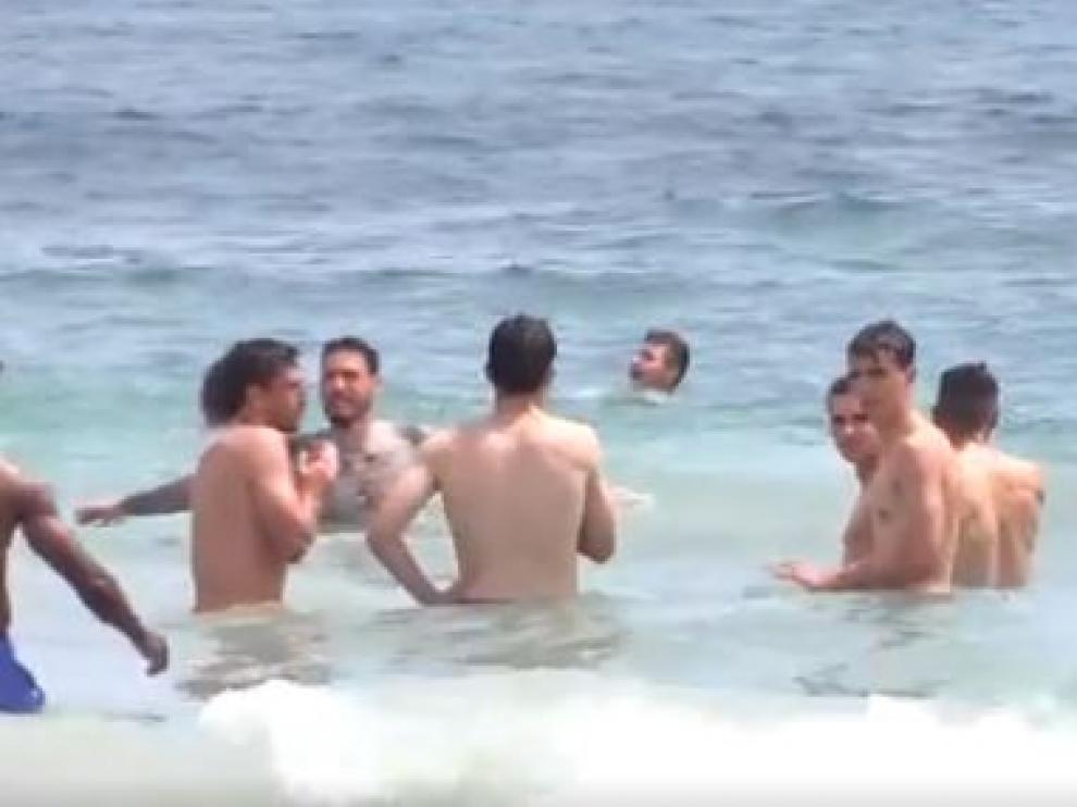 Los jugadores del Real Zaragoza, a primera hora de la tarde de este domingo y antes de comer, se refrescan en el Mar Mediterráneo, en una de las playas de San Pedro del Pinatar.