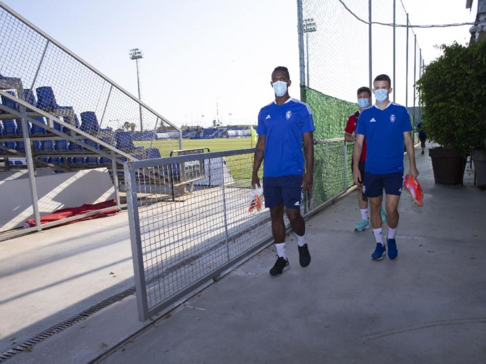 Los jugadores del Real Zaragoza, con Jair y Nieto al frente, pasan junto al campo central del Pinatar Arena.