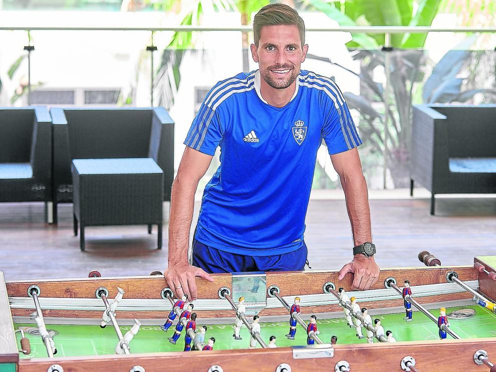 Adrián, en un futbolín de la zona de recreo del Hotel Thalasia, lugar de concentración del Real Zaragoza en San Pedro de Pinatar (Murcia).