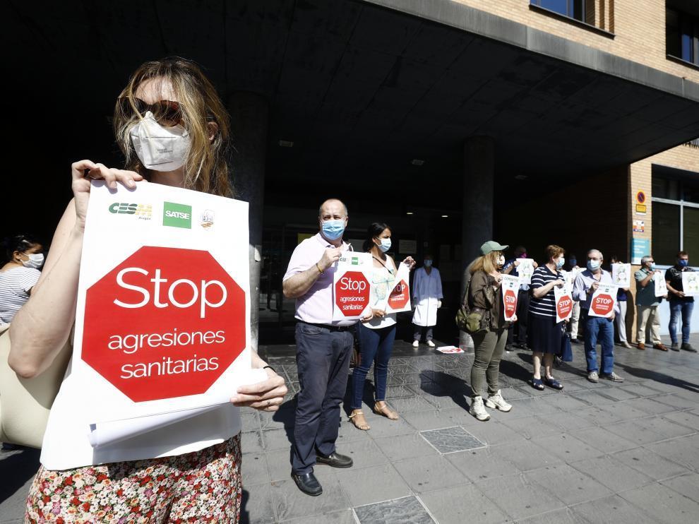 Concentración contras las agresiones sanitarias celebrada en Zaragoza en julio de 2020 después de que un joven sacara una navaja a  médica en un centro de salud