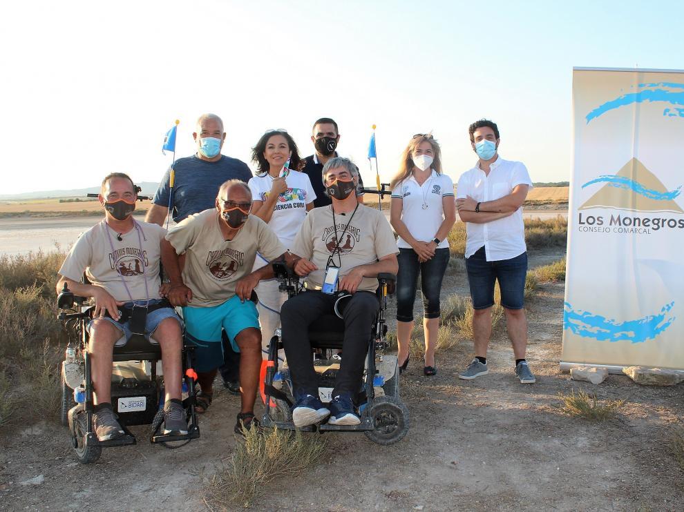 Isabel Gemio, en el centro, con Rubén Zulueta, José Ignacio Fernández y otros miembros de la iniciativa Caminus Monegros, este lunes en la laguna de Bujaraloz