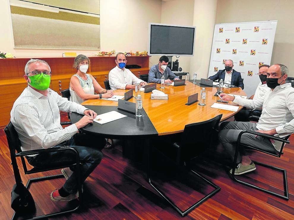 Los alcaldes del valle del Aragón se reunieron ayer con el presidente de la DPH, Miguel Gracia.
