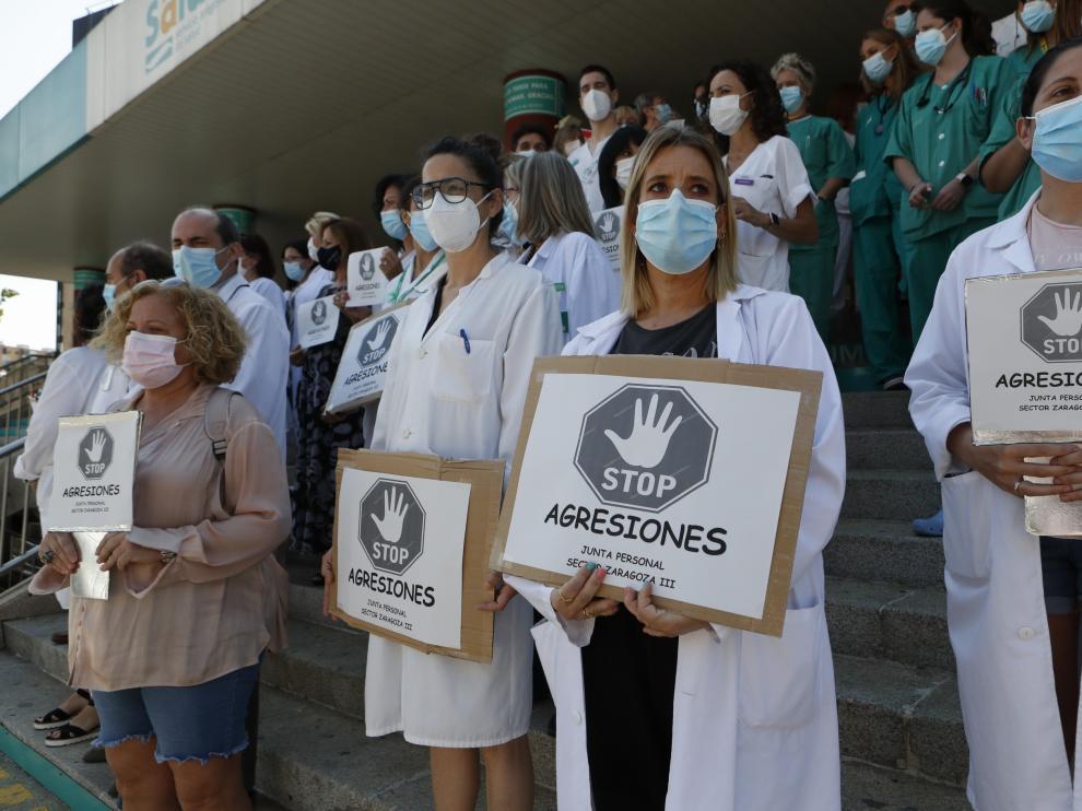 Concentración a las puertas del Hospital Clínico de Zaragoza este miércoles al mediodía.
