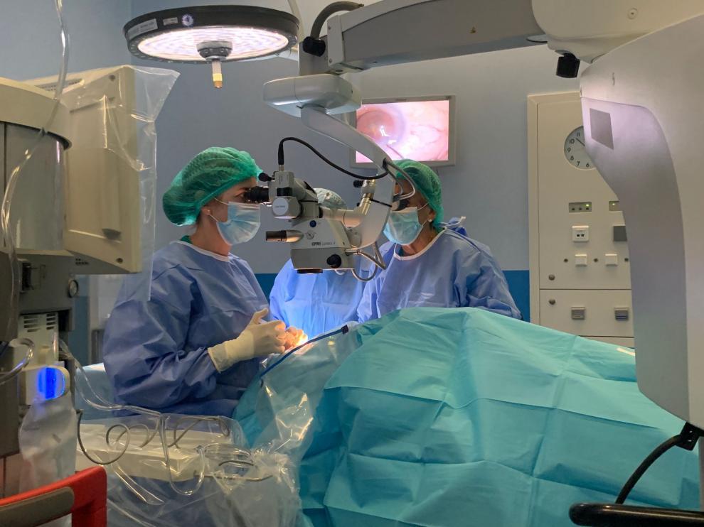 Oftalmólogas operan cataratas en el Hospital Nuestra Señora de Gracia.