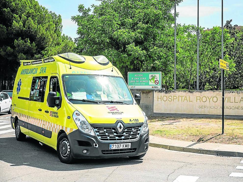 Una ambulancia, ayer por la mañana, en el acceso de Urgencias del hospital Royo Villanova.