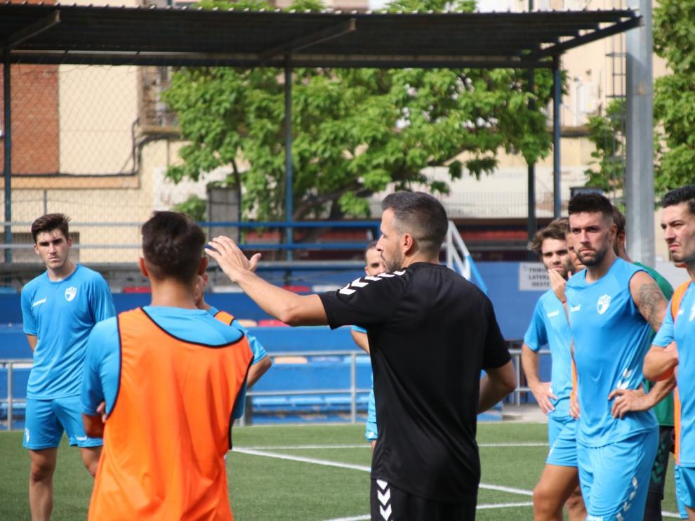 Raúl Jardiel se dirige a sus jugadores en una sesión de entrenamiento.