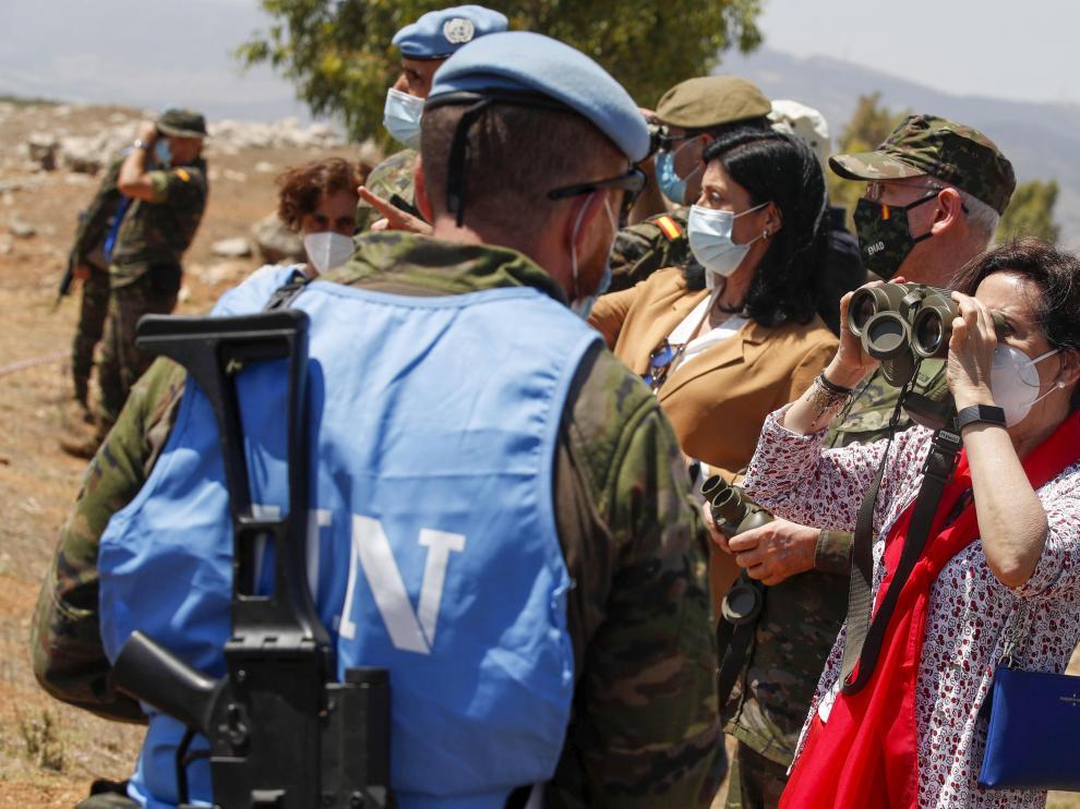 La ministra de Defensa, Margarita Robles, visita uno de los puntos de vigilancia de las tropas de la Brigada Aragon en la Línea azul de la Unifil en el Líbano.