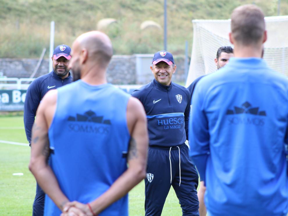 Nacho Ambriz se dirige a los jugadores, durante el último entrenamiento en Benasque.