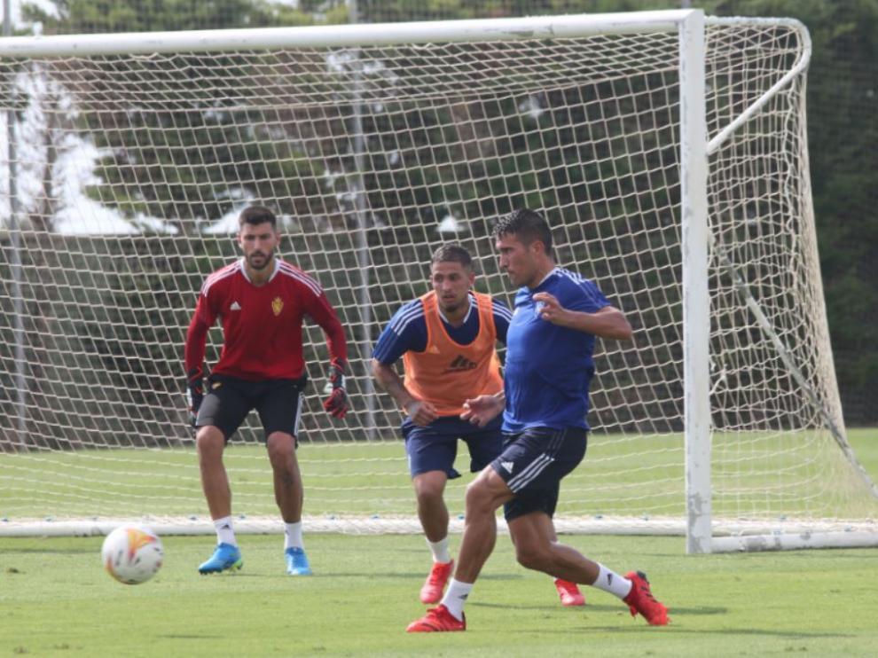 Ratón, bajo palos en un entrenamiento en San Pedro de Pinatar, atento a la jugada de Zapater ante Carbonell.