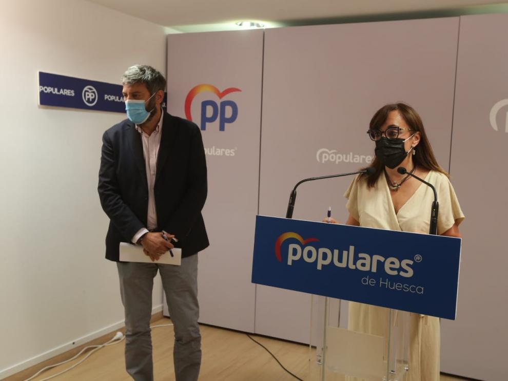 Gerardo Oliván junto a Gemma Allué en la sede del PP de Huesca.
