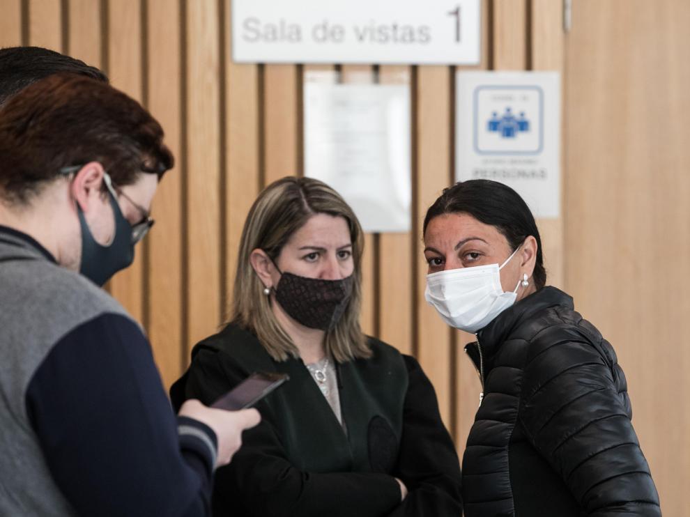 La acusada, con mascarilla blanca, junto a su abogada, Olga Oseira.