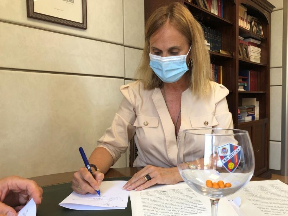La notaria Isabel Rufas de Benito, durante el sorteo de las plazas para nuevas altas.