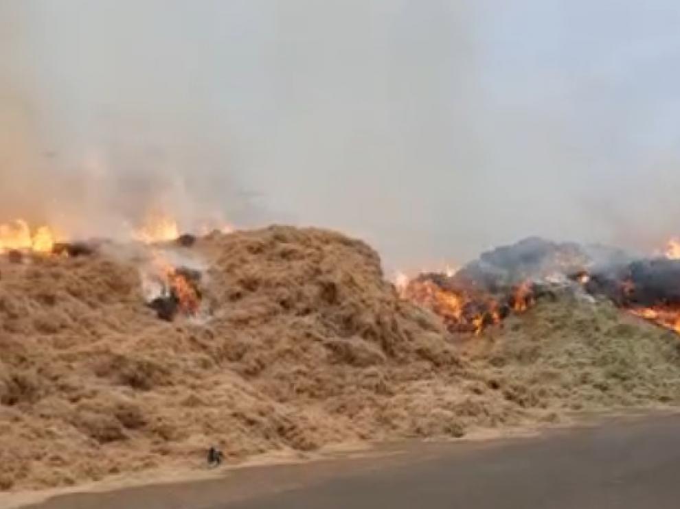 Incendio en una pajera de la carretera de Barcelona, pasado Santa Isabel.