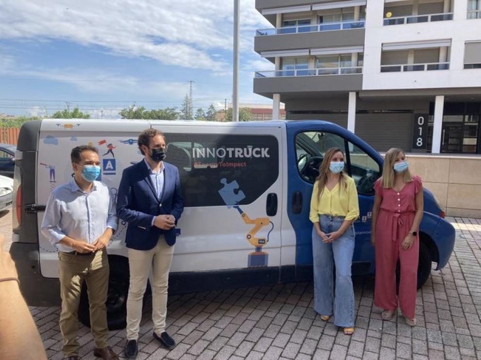 El Instituto Tecnológico de Aragón (Itainnova) inició su 'Innoruta' en Monzón, donde ejerció de anfitrión el alcalde de la localidad, Isaac Claver (segundo por la izquierda, con chaqueta). En la foto, con Jesús Guerrero, la consejera de Ciencia, Maru Díaz, y la directora de Itainnova, Esther Borao.