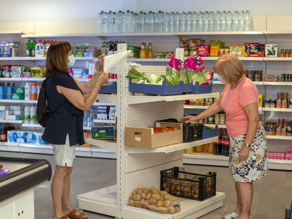 Los estantes de la tienda ya cuentan con productos básicos para el día a día.