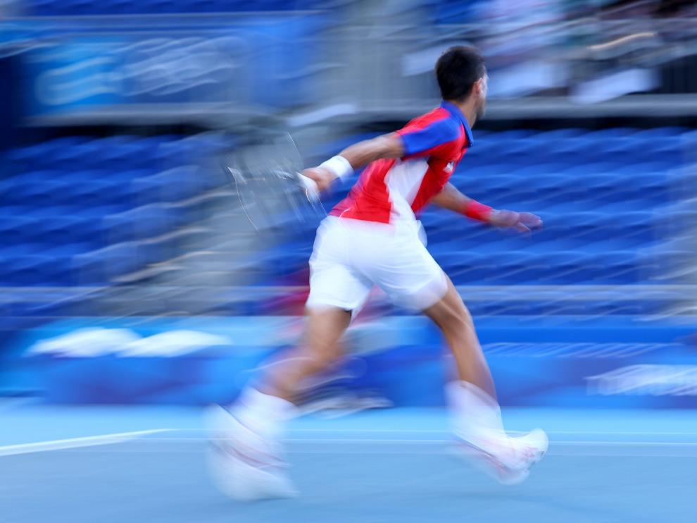 Novak Djokovic, en el momento del lanzamiento de raqueta.