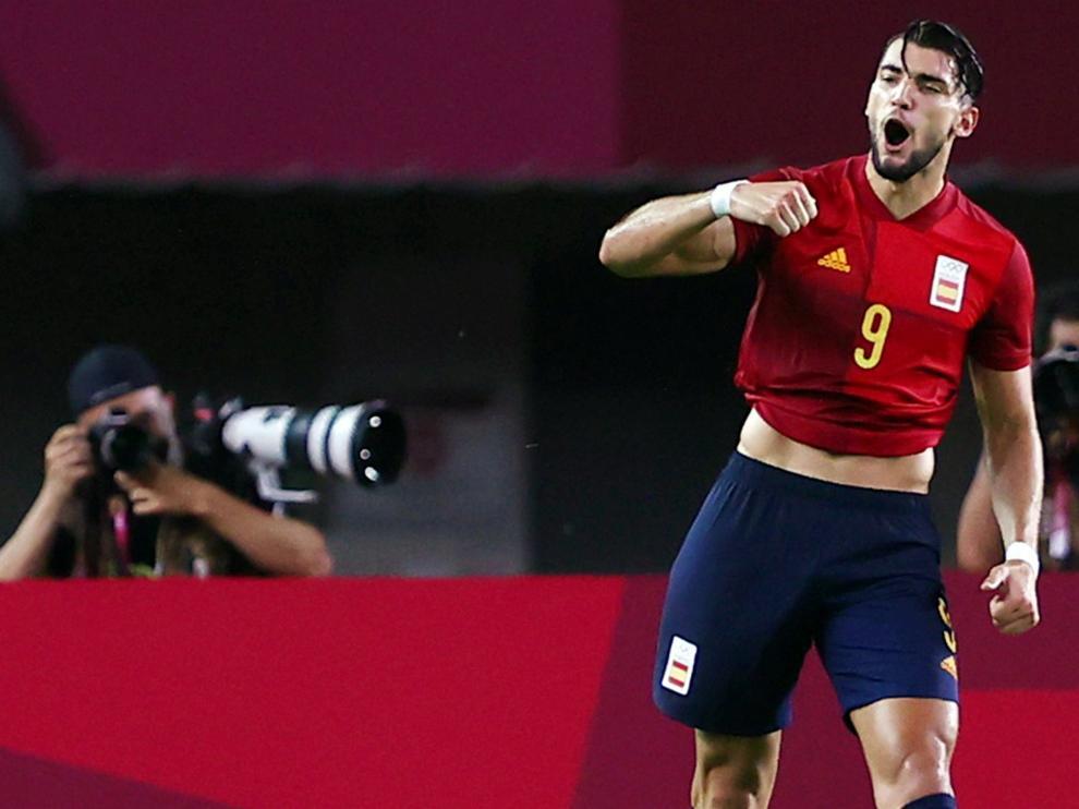 Rafa Mir celebra uno de sus tres goles en los cuartos de final de los Juegos Olímpicos.