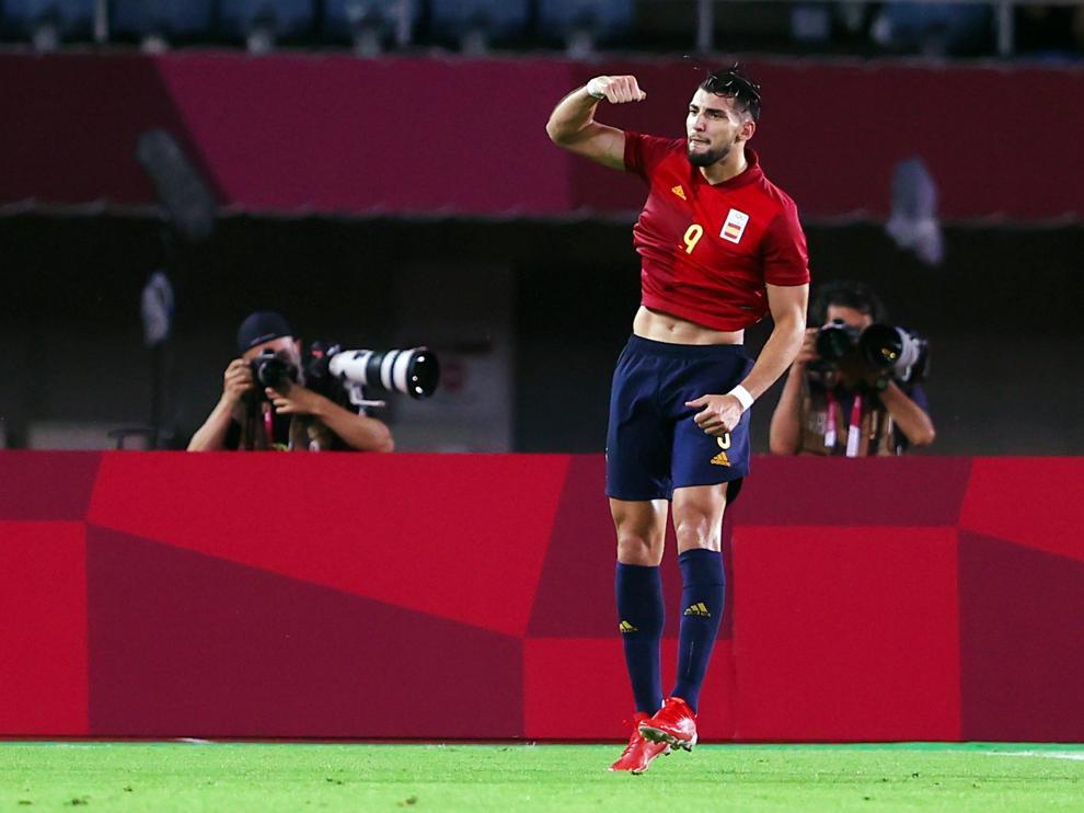 Tokyo 2020 Olympics - Soccer Football - Men - Quarterfinal - Spain v Ivory Coast - Miyagi Stadium, Miyagi, Japan - July 31, 2021.  Rafa Mir of Spain   celebrates scoring their fourth goal with teammates REUTERS/Amr Abdallah Dalsh[[[REUTERS VOCENTO]]] OLYMPICS-2020-FBL/M-TEAM11-QFNL-000300