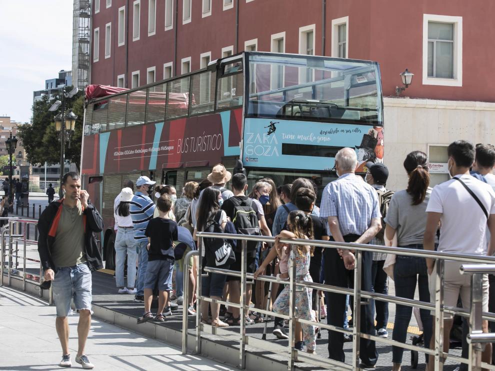 Aragón. Plaza del Pilar. Turistas y Bus turistico / 01-08-2021 / FOTO: GUILLERMO MESTRE[[[FOTOGRAFOS]]]