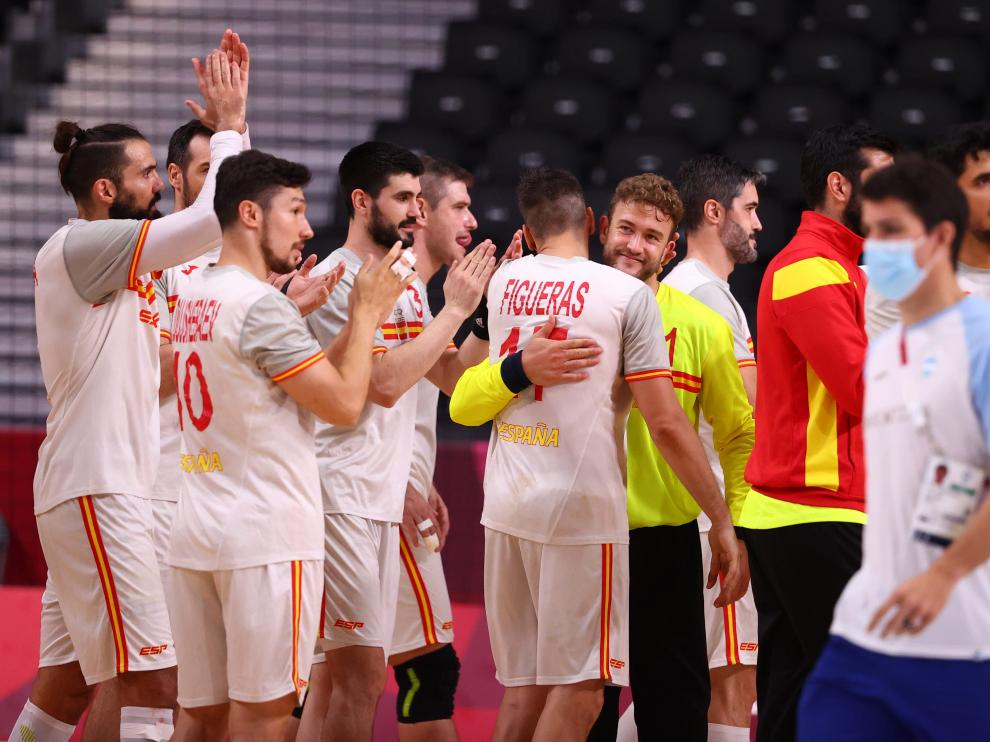 El equipo español se felicita por la victoria ante Argentina.