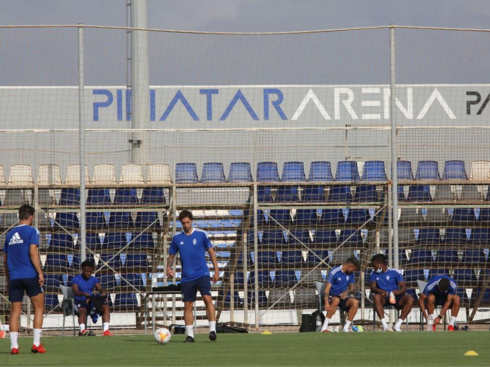 Los futbolistas del Real Zaragoza, al inicio de una de las múltiples sesiones de entrenamiento desarrolladas en el Pinatar Arena de Murcia entre el 22 y el 30 de julio.