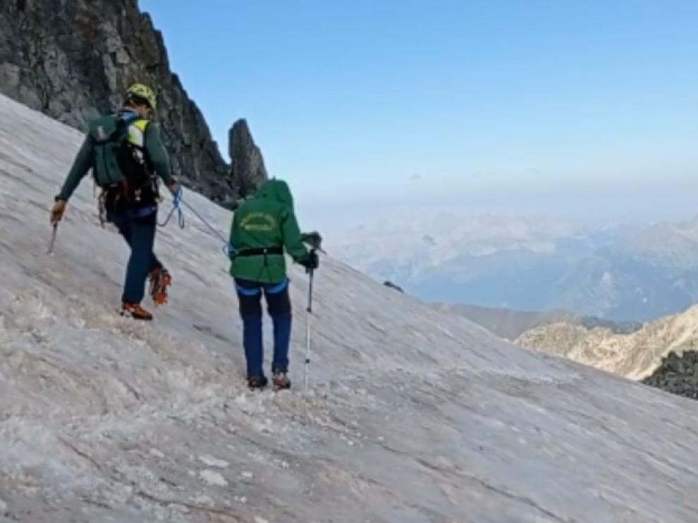 La Guardia Civil ayudó a descender a los montañeros rescatados en el Aneto.