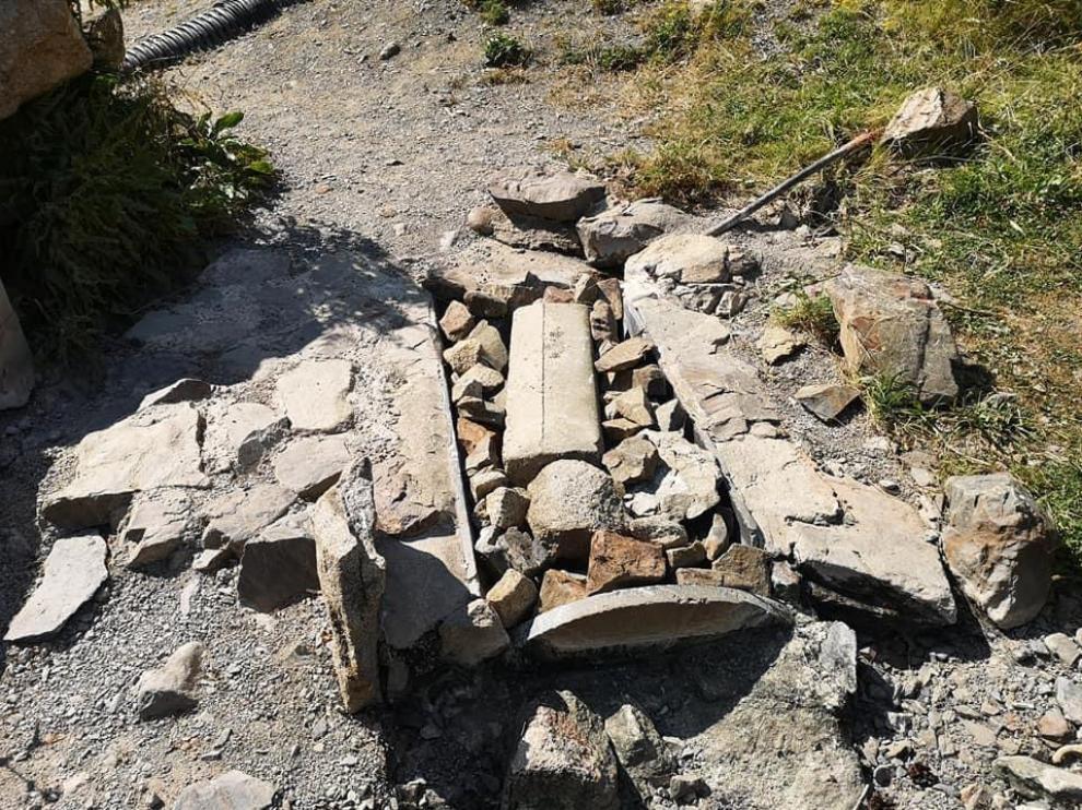 La 'bañereta', llena de rocas y totalmente inutilizada.