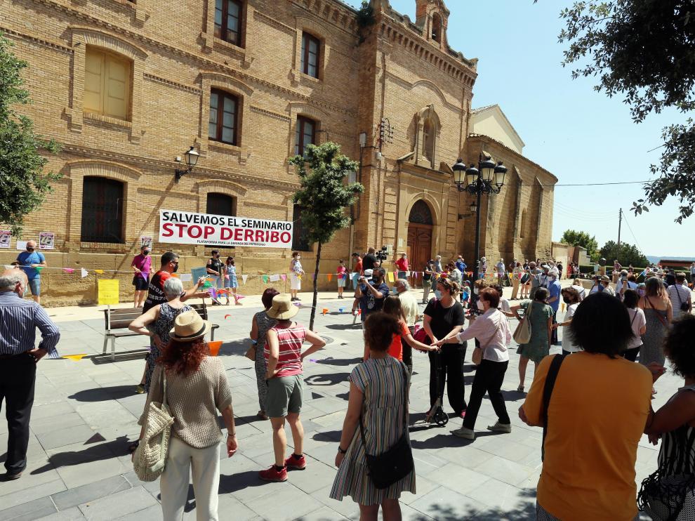 Imagen del 'abrazo' simbólico que celebró la Plataforma en Defensa del Patrimonio para frenar los derribos del Seminario de Huesca.