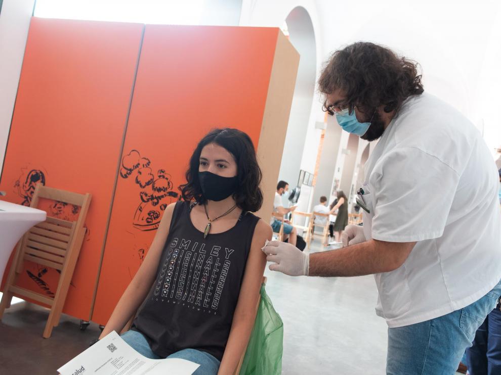 Vacunación de jóvenes en el Museo del Fuego de Zaragoza